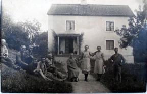 Gården i Rumma. Agnes Karlsson står som nr 2 fr. höger