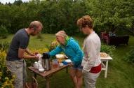 Kenneth Bergman serverar kaffe