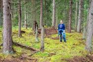Sara Kidd står här mitt i en kolbotten där hennes släkting Carl Gustav Jonsson och hans föräldrar mycket väl kan ha tillverkat sin kol