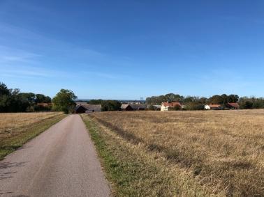 Från genomfartsvägen i Södra Bårby viker man västerut ner för backen till byn